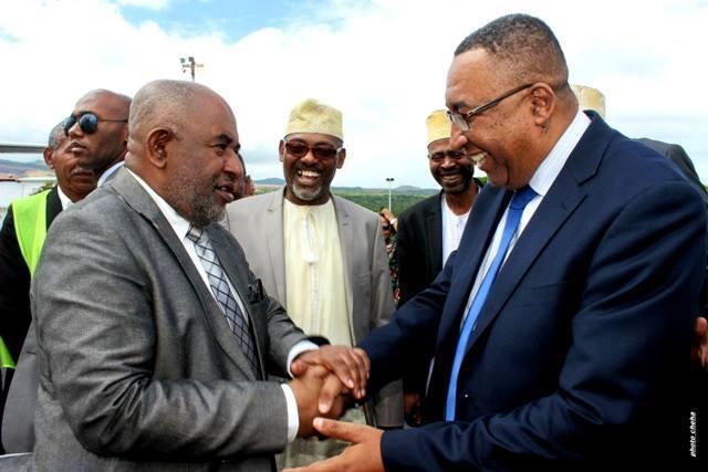 Les Comores brûlent, Azali Assoumani s'occupe de cul