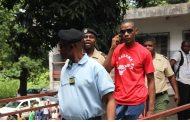Abdallah Agwa vomit, crache et pisse sur Kiki