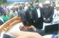 La folie d'Assoumani Azali, porté dans un cercueil