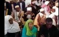 Assoumani Azali prouve sa folie à la mosquée
