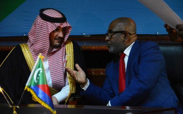 Encore agonisant, Assoumani Azali mendie des invités