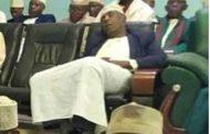 Assoumani Azali tombe, Mohamed Anrifi dort en public