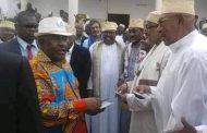 Assoumani Azali corrompt les électeurs devant les gens