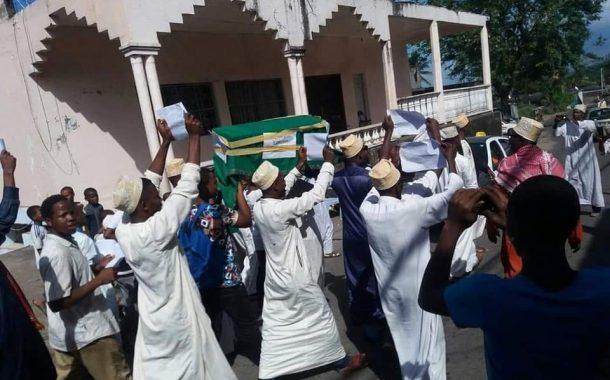 Le cercueil d'Assoumani Azali a été enterré à Mbéni